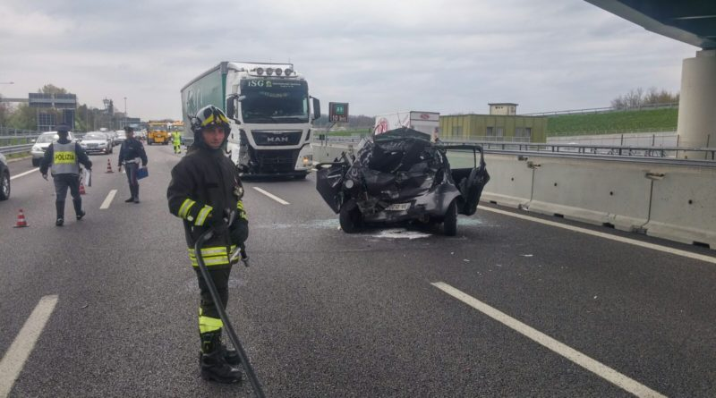 Violento impatto sulla A16 alle porte di Cerignola: coinvolti tir e auto