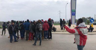 Migranti protestano al Grandapulia: scontri con la polizia