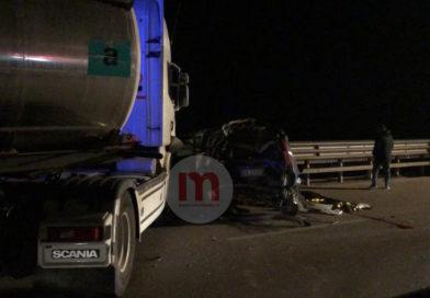 FOTO | Un morto sulla SS16: violento impatto tra auto e tir