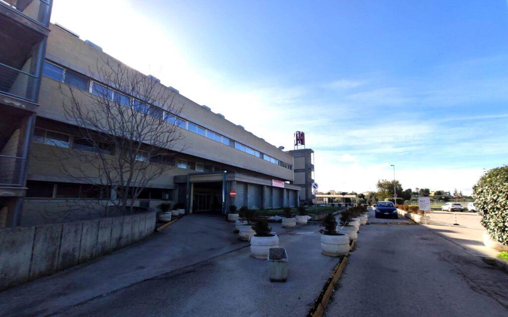 Aggressione all'ospedale Tatarella: cerca di scassinare il distributore, poi la colluttazione
