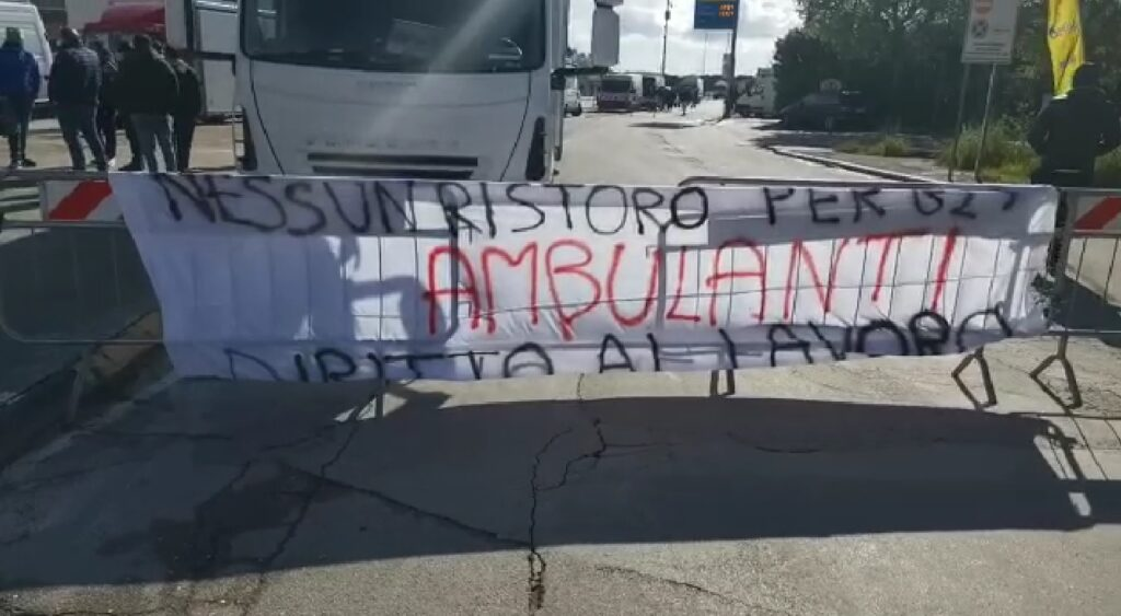 """VIDEO   Proteste degli ambulanti a Cerignola: """"Vogliamo lavorare, basta chiusure"""""""
