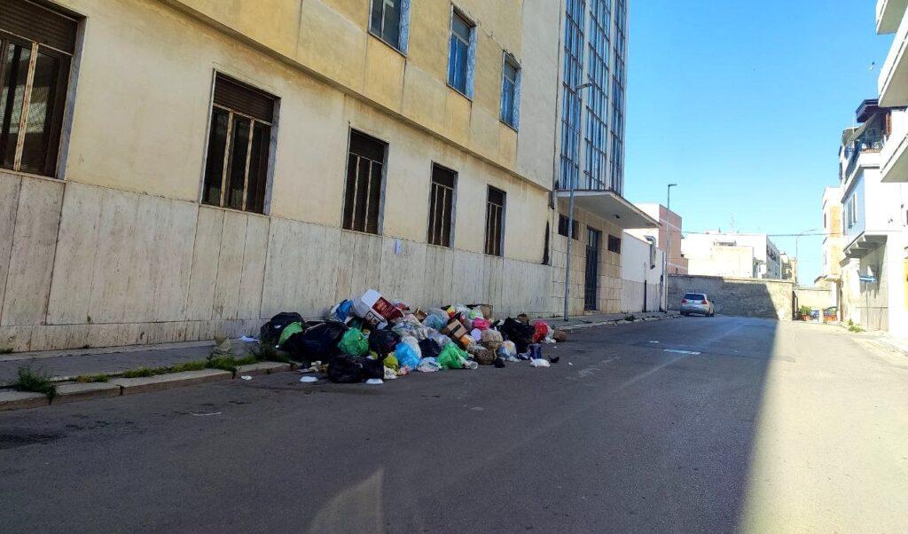 """Differenziata, i residenti di via Lazio si organizzano in autonomia: """"Adesso basta"""""""