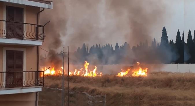 """Incendio in zona Cimitero, i residenti: """"Regna l'inciviltà, peggio delle favelas"""""""