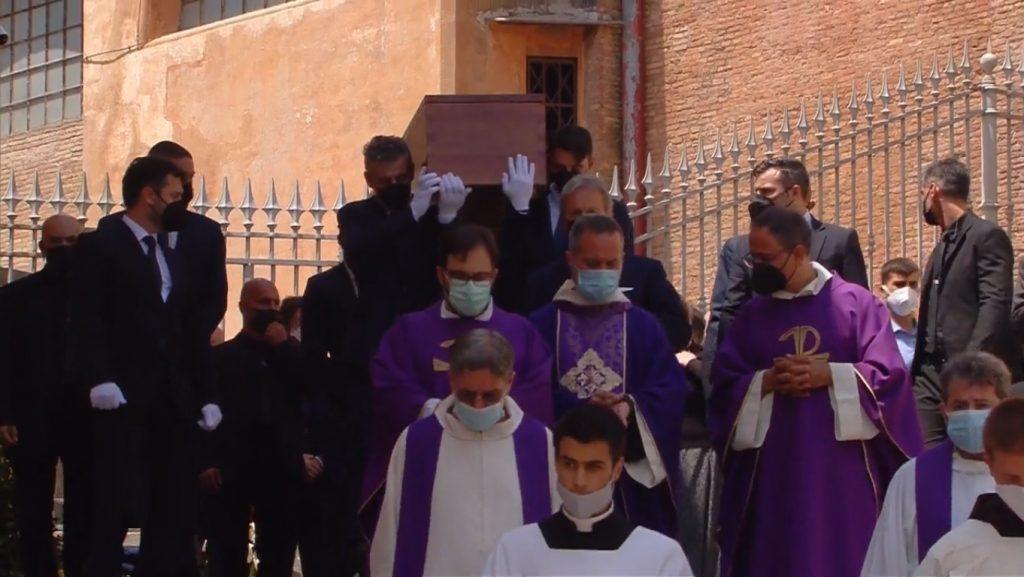"Frate Francesco Dileo ricorda Raffaella Carrà durante l'omelia: ""Tutti si sentivano compresi da lei"""
